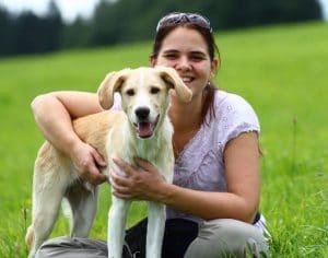 Ein glückliches Mensch-Hund-Team